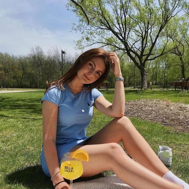 The best companion for a romantic picnic 🍋🍹 Le meilleur accompagnement pour un picnic romantique. . 📸 @jugiguere  #beautifullybittersweet #cocktails #drinks