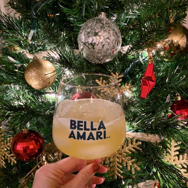 The Holidays pair perfectly with Bella Amari ✨ Les Fêtes se marient parfaitement avec Bella Amari 🌲🍋 📸 @alannahowe  #cocktails #beautifullybittersweet #douceamertume